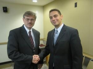 ALT pimininkas Saulius Kuprys ir Valstybės Departamento Lietuvos reikalų skyriaus pareigunas John Lathers